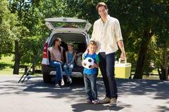 Glückliche Familie, die zur Autoreise fertig wird Stockfoto