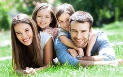 Gl?ckliche Familie drau?en Stockfotografie