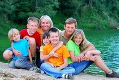 Glückliche Familie durch den See Stockfotografie