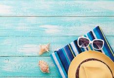Glückliche Familie für Ihr, Strandkleidung auf hölzernem Hintergrund Stockbild