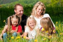 Glückliche Familie am Frühsommer Lizenzfreie Stockfotos