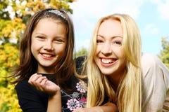 Glückliche Familie haben Spaß im Park Stockfotografie