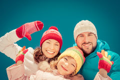 Glückliche Familie im Winter Stockbilder