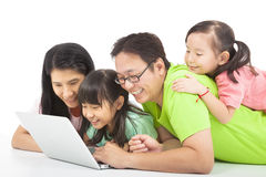 Glückliche Familie mit Computer Lizenzfreie Stockfotos
