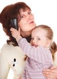 Glückliche Familie mit Handy. Stockfoto