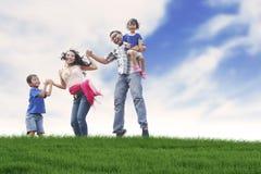 Glückliche Familie am Sommer Lizenzfreies Stockfoto
