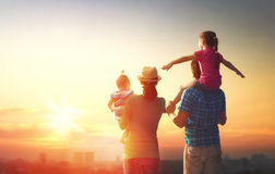 Glückliche Familie am Sonnenuntergang Lizenzfreie Stockfotos
