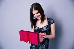 Glückliche Öffnungsgeschenkbox der jungen Frau Stockfoto