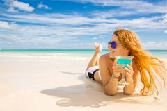 Glückliche Frau auf dem Strand sonniges Wetter genießend Lizenzfreie Stockfotos