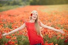 Glückliche Frau auf Mohnblumenblumenfeld Stockbild
