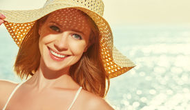 Glückliche Frau der Schönheit im Hut genießen Meer bei Sonnenuntergang auf Strand Lizenzfreies Stockbild