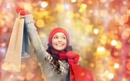 Glückliche Frau in der Winterkleidung mit Einkaufstaschen Lizenzfreies Stockfoto