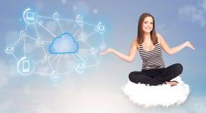 Glückliche Frau, die auf Wolke mit der Wolkendatenverarbeitung sitzt Lizenzfreies Stockbild