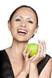 Glückliche Frau, die grünen Apfel anhält Lizenzfreie Stockfotografie