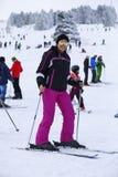Glückliche Frau, die im Schnee genießt Lizenzfreie Stockfotos