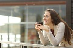 Glückliche Frau, die im Urlaub am Frühstück denkt Lizenzfreie Stockbilder