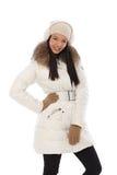 Glückliche Frau, die im weißen Mantel aufwirft Lizenzfreies Stockfoto