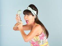 Glückliche Frau, die in Telefon schreit Stockfotografie