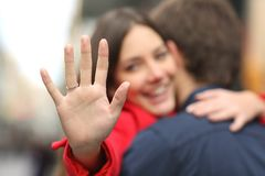 Glückliche Frau, die Verlobungsring nach Antrag zeigt Stockfoto