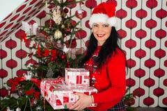 Glückliche Frau, die Weihnachtsgeschenke hält Lizenzfreie Stockfotos