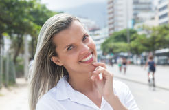 Glückliche Frau mit dem blonden Haar in der Stadt Stockfotografie