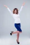 Glückliche Frau mit den angehobenen Händen oben Lizenzfreie Stockfotografie