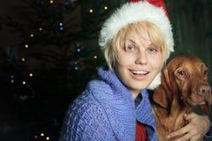 Glückliche Frau mit Sankt-Hut. Weihnachtszeit Stockbild