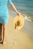 Glückliche Frau, welche die Strandentspannung froh im Sommer durch tropisches genießt Stockfotos