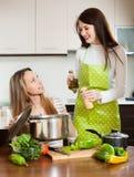 Glückliche Frauen, die Lebensmittel kochen Stockbild