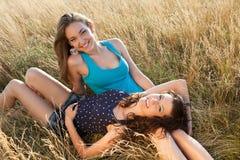 Glückliche Frauen in einer Wiese Stockfotografie