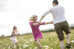 Glückliche Freunde, die zusammen Freizeit in a verbringen Lizenzfreies Stockbild