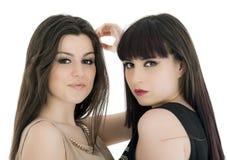 Glückliche Freundinnen - lokalisiert über einem weißen Hintergrund Stockfotografie