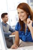 Glückliche Geschäftsfrau bei der Arbeit Lizenzfreie Stockbilder