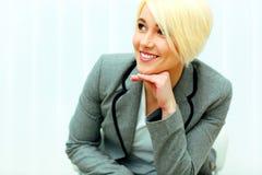 Glückliche Geschäftsfrau, die weg copyspace betrachtet Stockbilder