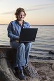 Glückliche Geschäftsfrautelearbeit Stockfotos