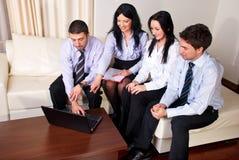 Glückliche Geschäftsleute auf Couch Lizenzfreie Stockbilder