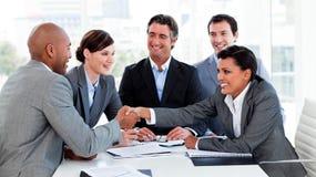Glückliche Geschäftsleute, die ein Abkommen schließen Lizenzfreie Stockfotografie