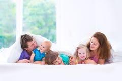 Glückliche große Familie im Schlafzimmer Stockbilder