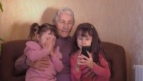 Glückliche Großmutter mit Enkelkindern stock video