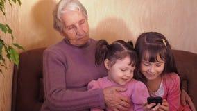 Glückliche Großmutter mit Enkelkindern stock video footage