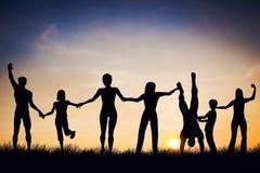 Glückliche Gruppe von Personen, Freunde, Familie zusammen, Spaß habend Lizenzfreie Stockfotografie
