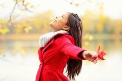 Glückliche Herbstfrau glückselig Lizenzfreie Stockfotos