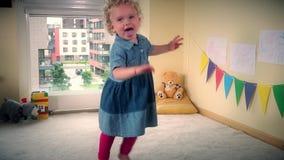 Glückliche hyperaktive Kleinkindkinderbewegung fasten vor Kamera stock footage