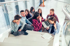Glückliche jugendlich Mädchen und Jungen auf der Treppe Schule oder College Stockbilder