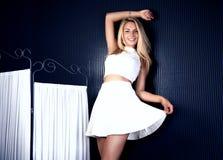 Glückliche junge Blondineaufstellung Lizenzfreie Stockfotografie