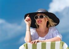 Glückliche junge Frau auf dem Strand, dem Porträt des schönen weiblichen Gesichtes im Freien, entspannenden der Außenseite des re Lizenzfreies Stockfoto
