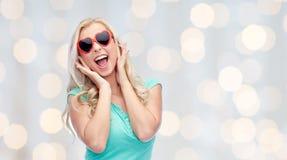 Glückliche junge Frau in der Herzformsonnenbrille Lizenzfreies Stockbild
