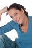 Glückliche junge Frau, die Kamera betrachtet Stockbilder