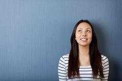 Glückliche junge Frau, die oben schaut Stockfotos