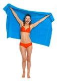 Glückliche junge Frau im Badeanzug mit Tuch Stockfoto